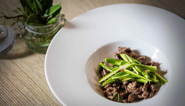Straccetti di manzo su verdure croccanti