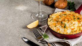 Patate, scamorza e rosmarino: la torta salata è deliziosa