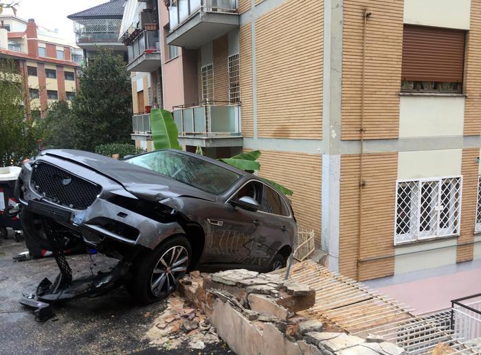 Roma, incidente rocambolesco Jaguar dentro un palazzo