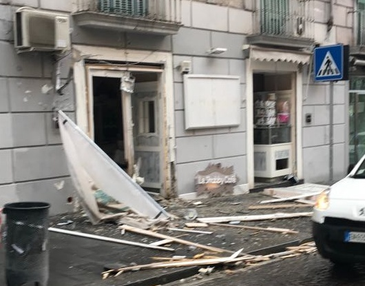 Scoppia ordigno davanti a bar di Napoli