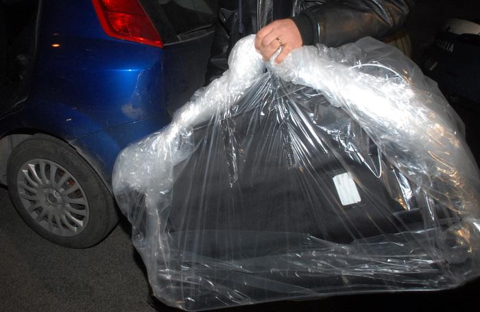 Trovato cadavere rannicchiato in valigia nel Vercellese