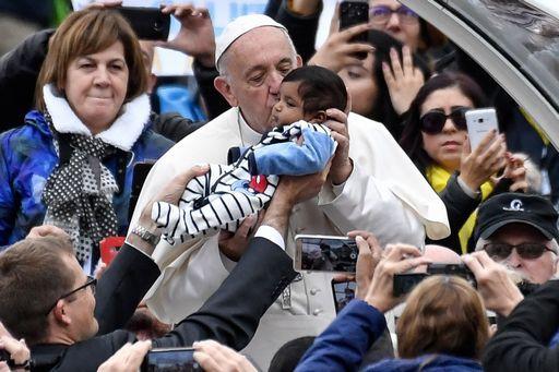 Papa: pregare è parlare con Dio, non ripetere a pappagallo