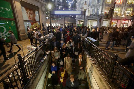 Londra, 16 feriti in falso allarme terrrorismo a Oxford Circus
