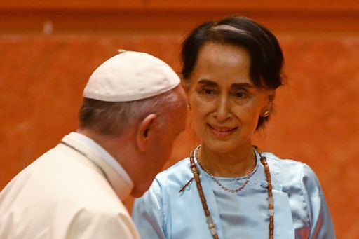 Aung San Suu Kyi ha incontrato Francesco ma è stata ripudiata da Oxford