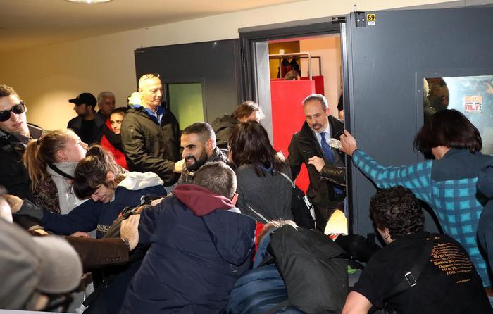 Bicocca, studenti tentano irruzione in aula magna
