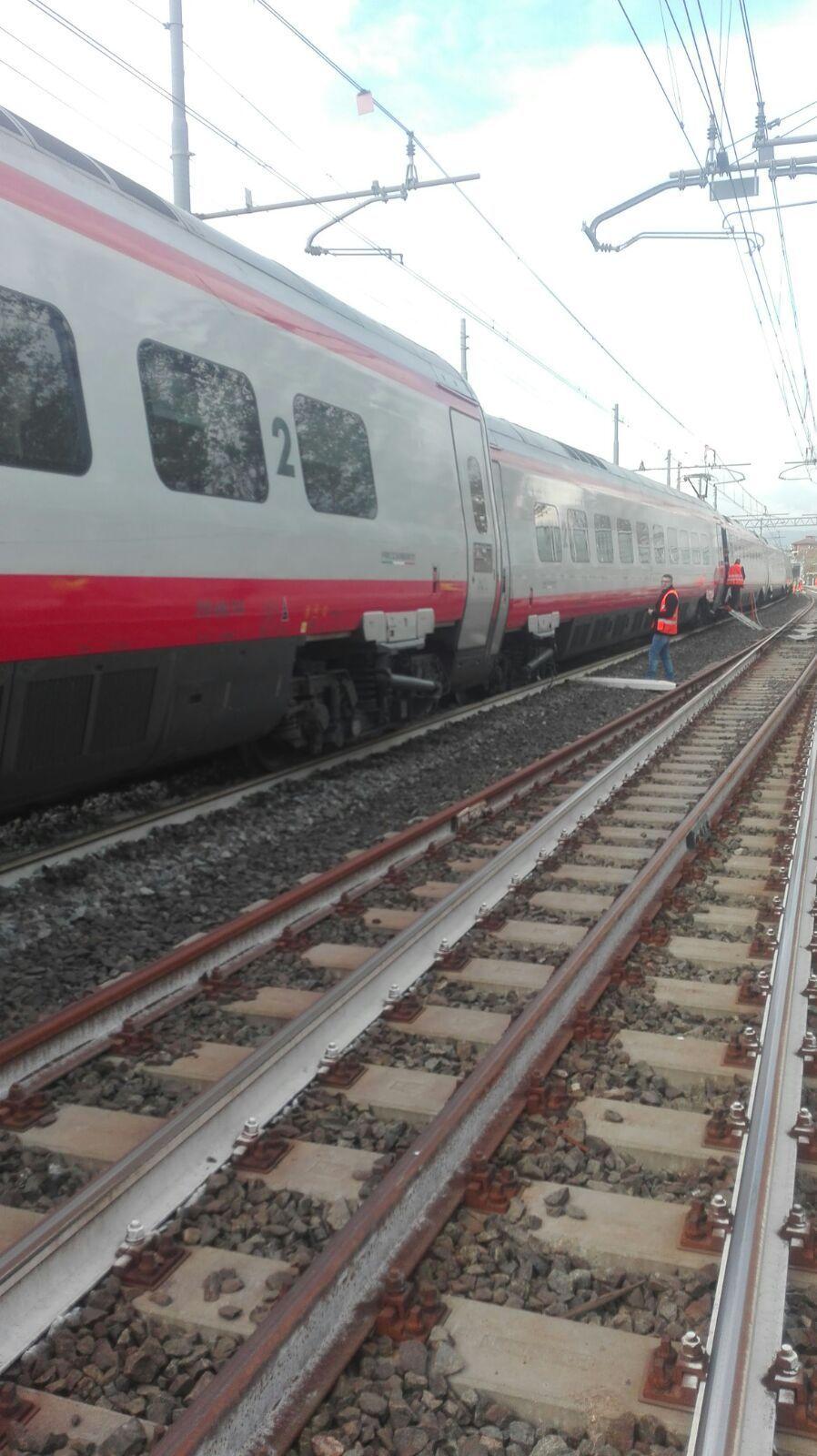 Vettura treno Av svia binari a Firenze