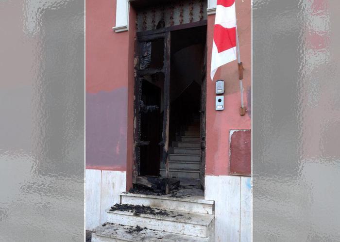 A fuoco il portone del circolo Pd Ostia. Renzi: 'Non ci intimidite'