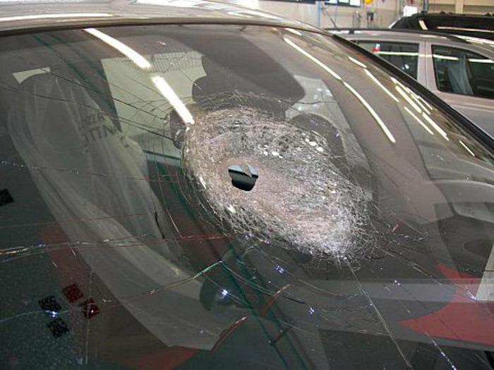 Sasso su un'auto, muore una donna a Cernusco sul Naviglio