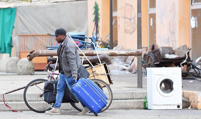 Trasferiti i primi migranti da ex villaggio olimpico di Torino