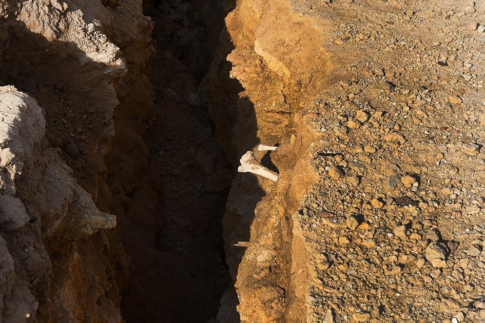 Crolla falesia e spunta tomba romana