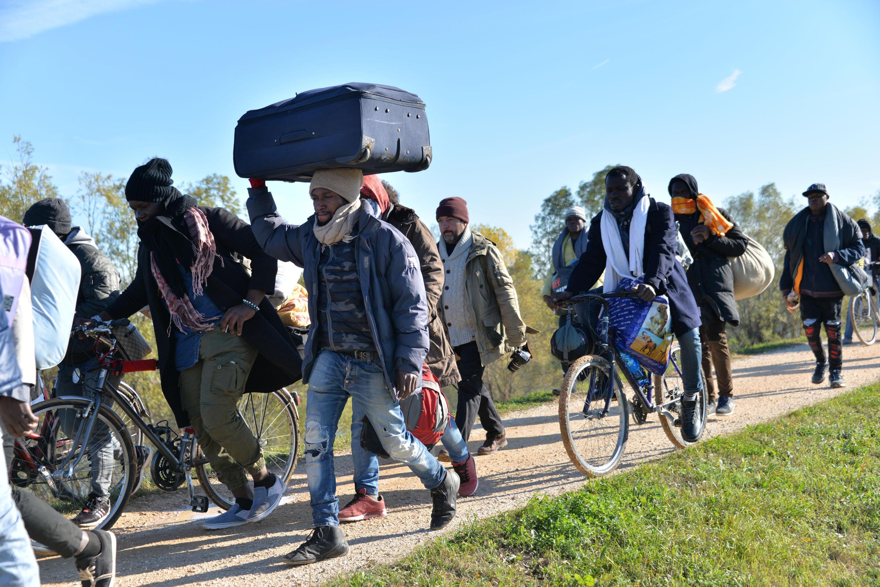 Migranti: altra notte fuori Cona per 55