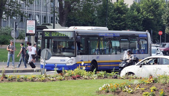 Insulti bus, identificato l'autore delle offese a quindicenne