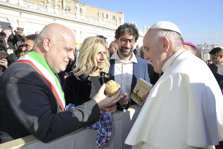 Alba dona tartufo a Papa Francesco