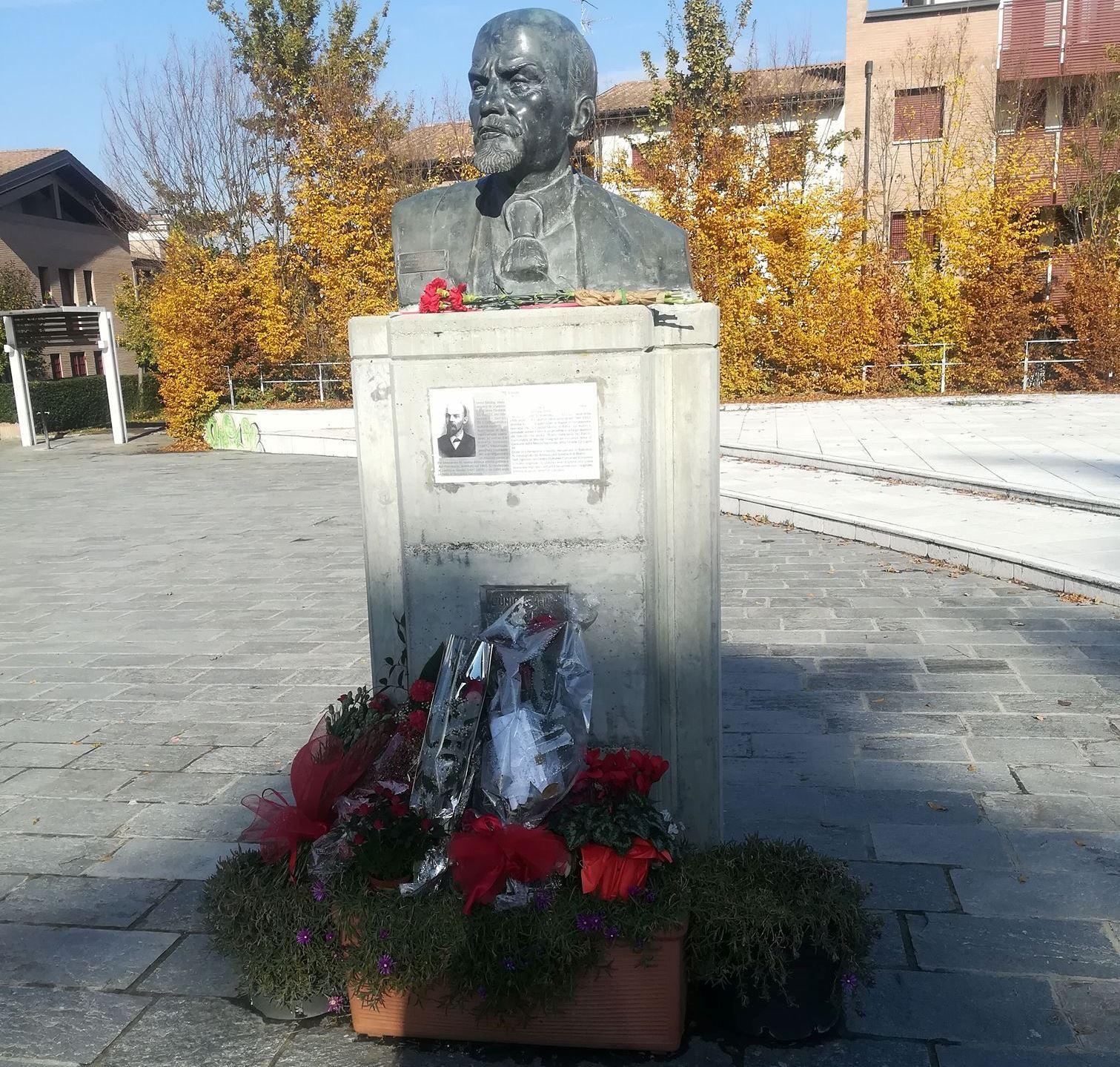 Fiori al busto di Lenin per rivoluzione