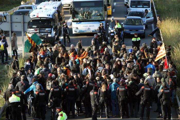 Catalogna, decine di migliaia di persone in piazza