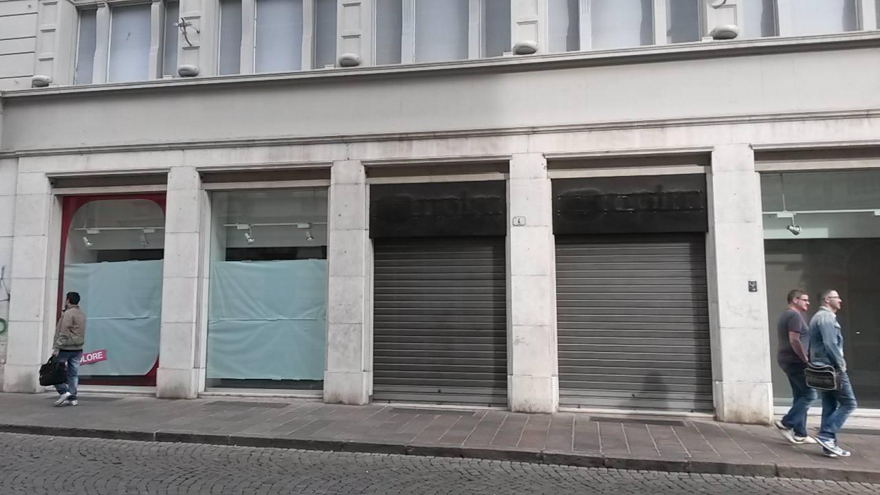 Bolzano contro negozi sfitti