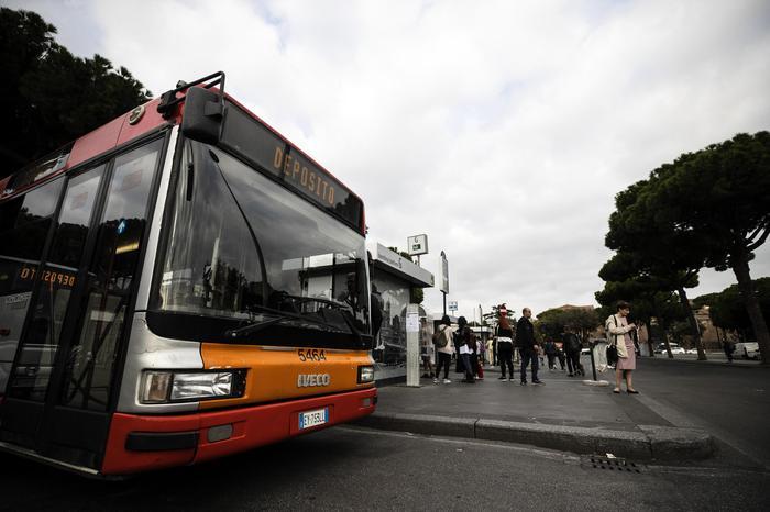 Cassazione, anche fare la mano morta su un autobus è violenza