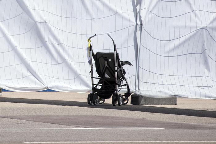 Investita sulle strisce, spinge via il passeggino e salva la figlia
