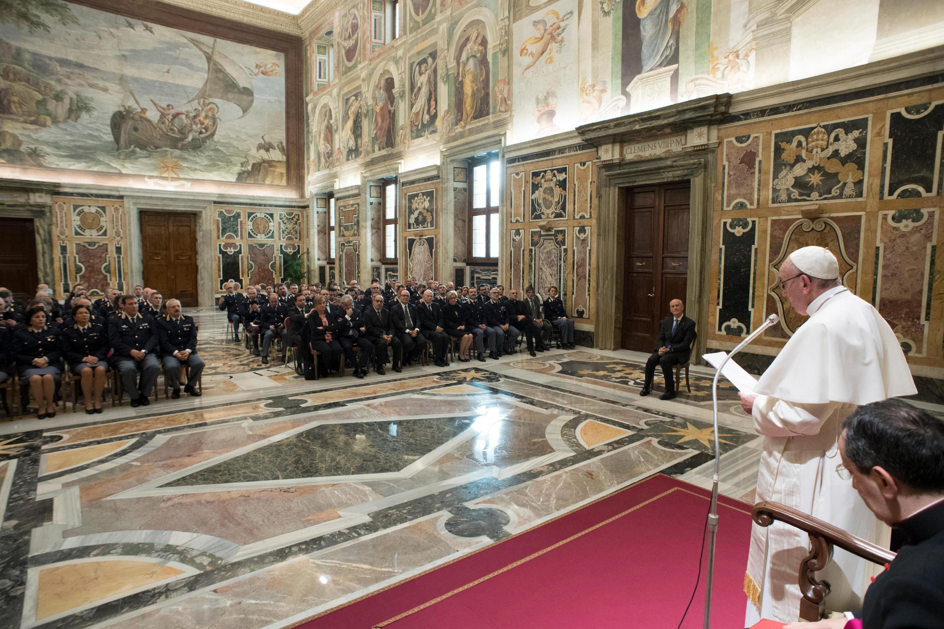 Papa,su migranti politici siano prudenti