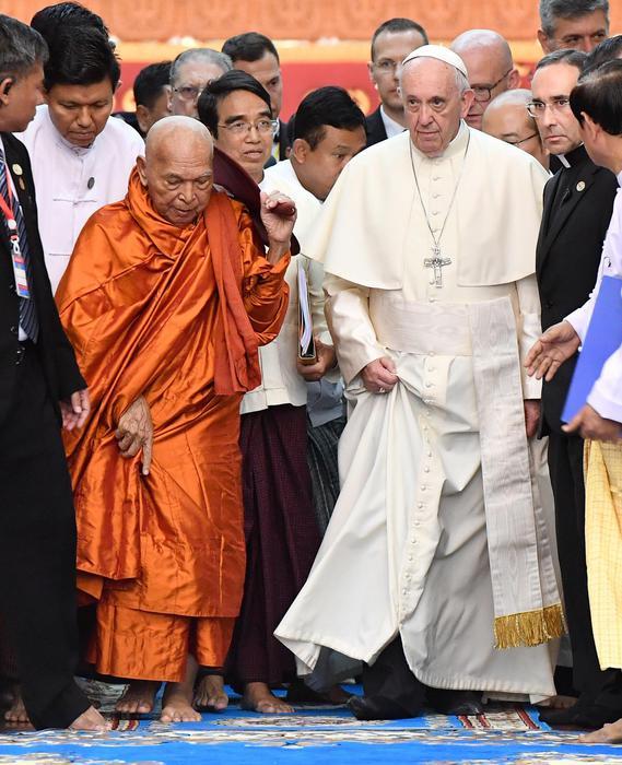 Il Papa ai buddisti: 'Uniti contro l'intolleranza e l'odio'