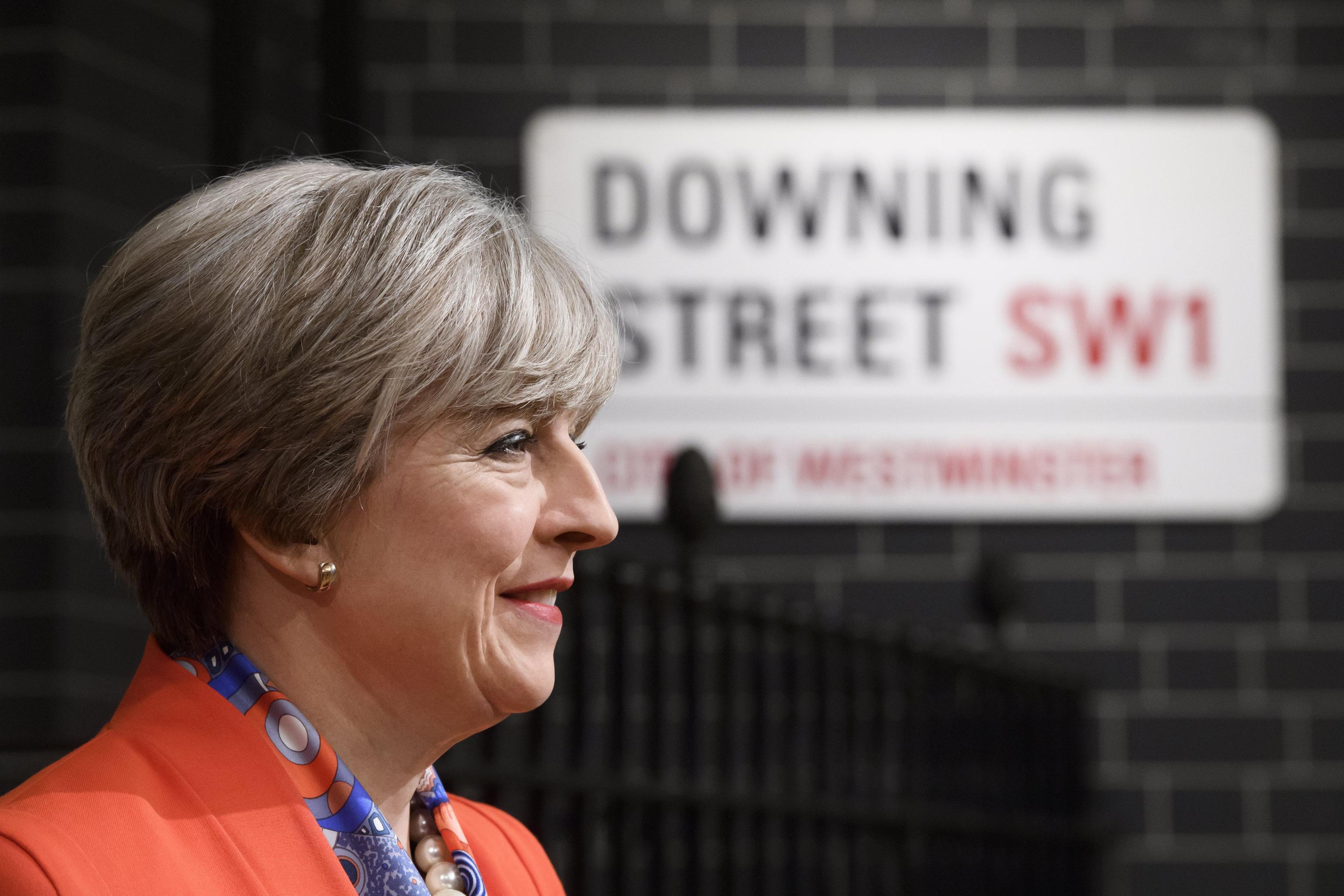 Sterlina cade con May, sale Borsa Londra