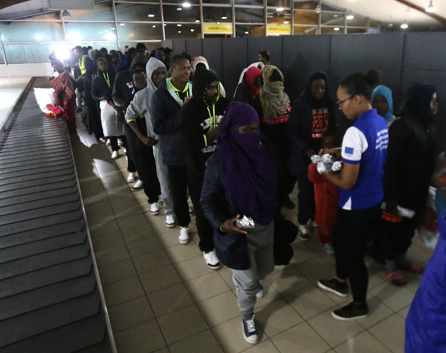 Migranti: Libia, salvati 450 africani