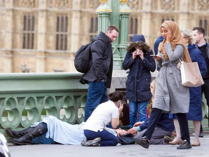 Attacco Londra, foto donna velata 'diffusa da troll russo'