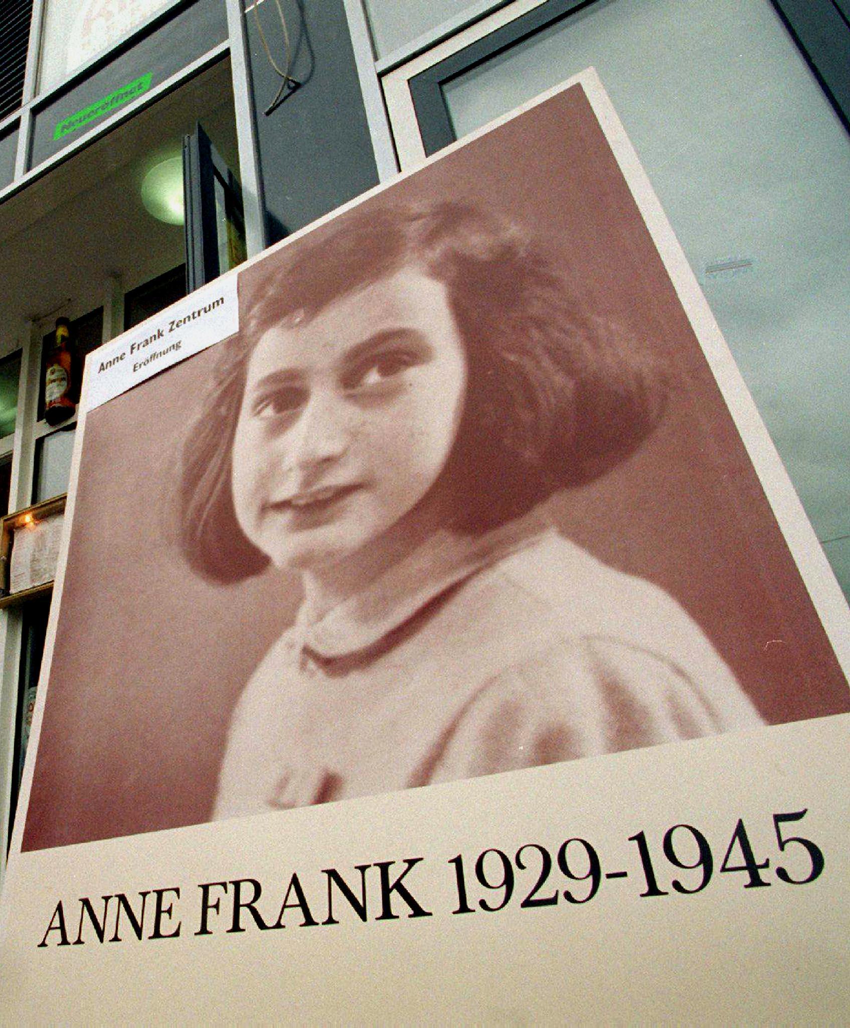 Svastica scuola A.Frank, lettura diario