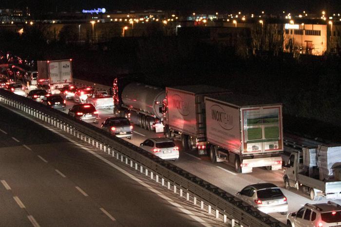 Ubriaco guida contromano  per 20 chilometri sulla A4