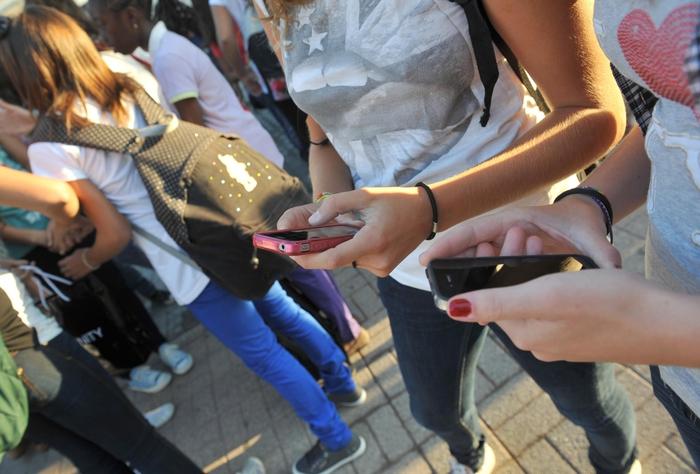 Liceali hot su Whatsapp, centinaia foto finiscono in rete
