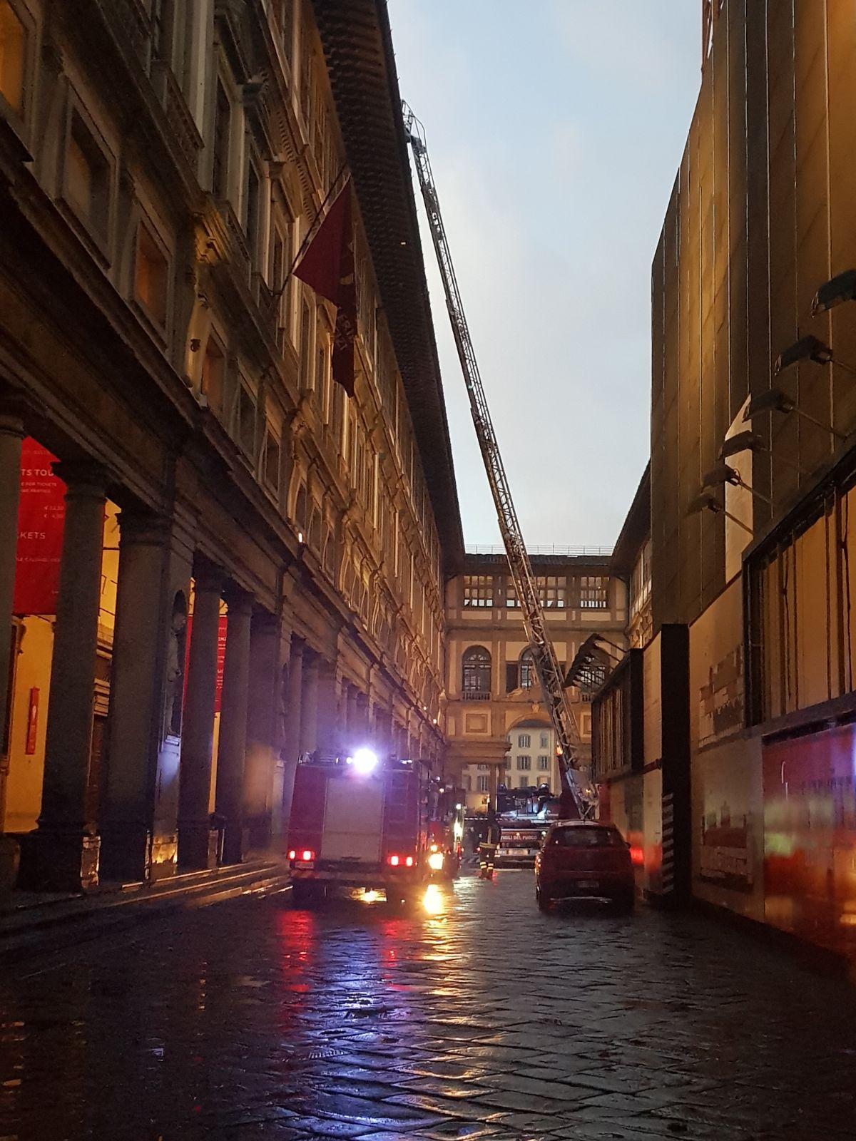 Fulmine su Uffizi, fumo da sottotetto