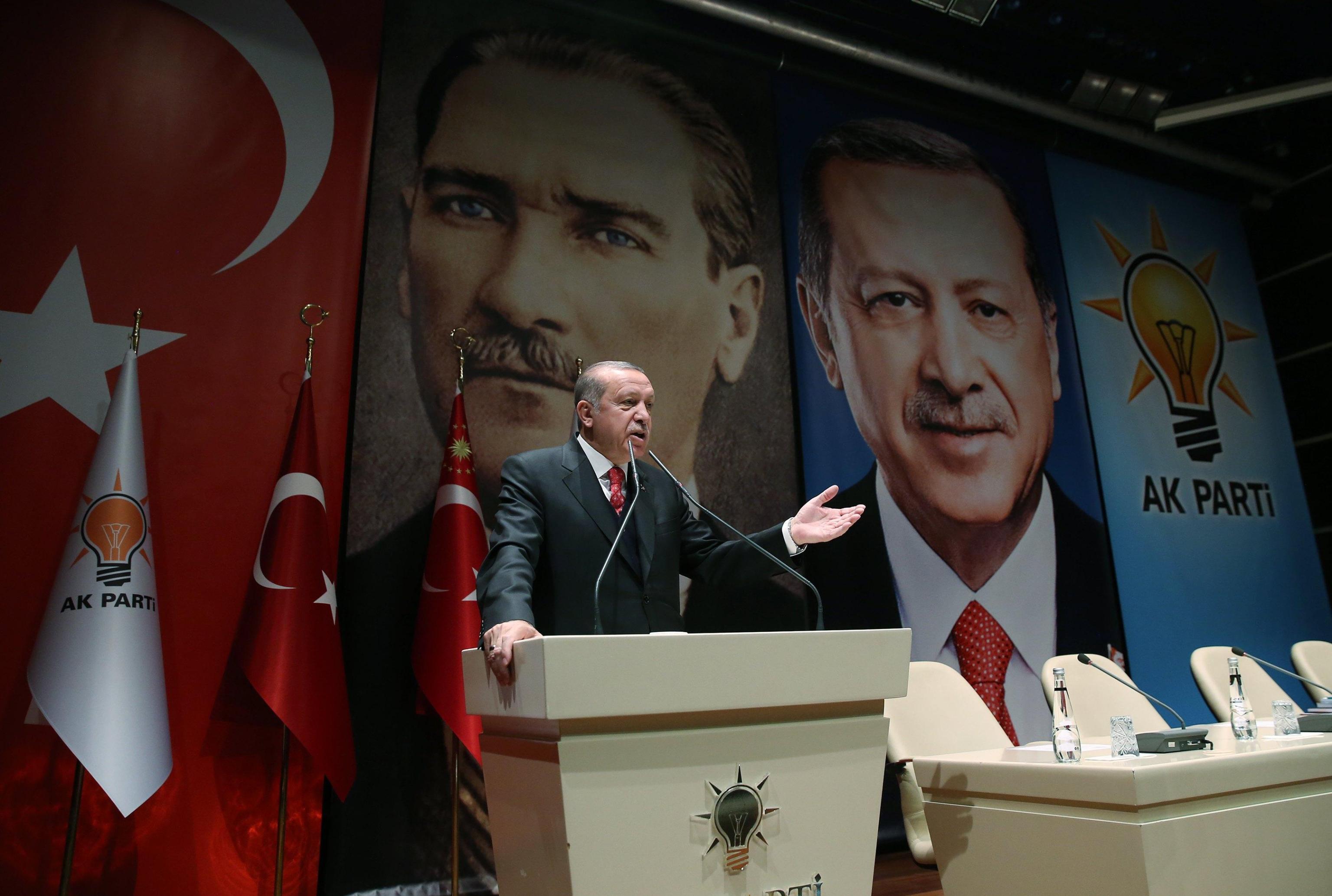 Foto Erdogan su bersaglio, Nato si scusa