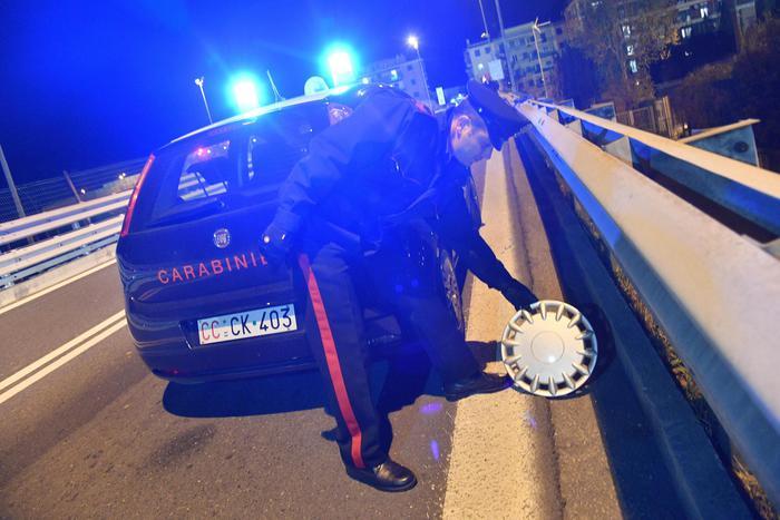 Auto non si ferma all'alt a Genova, tre carabinieri feriti