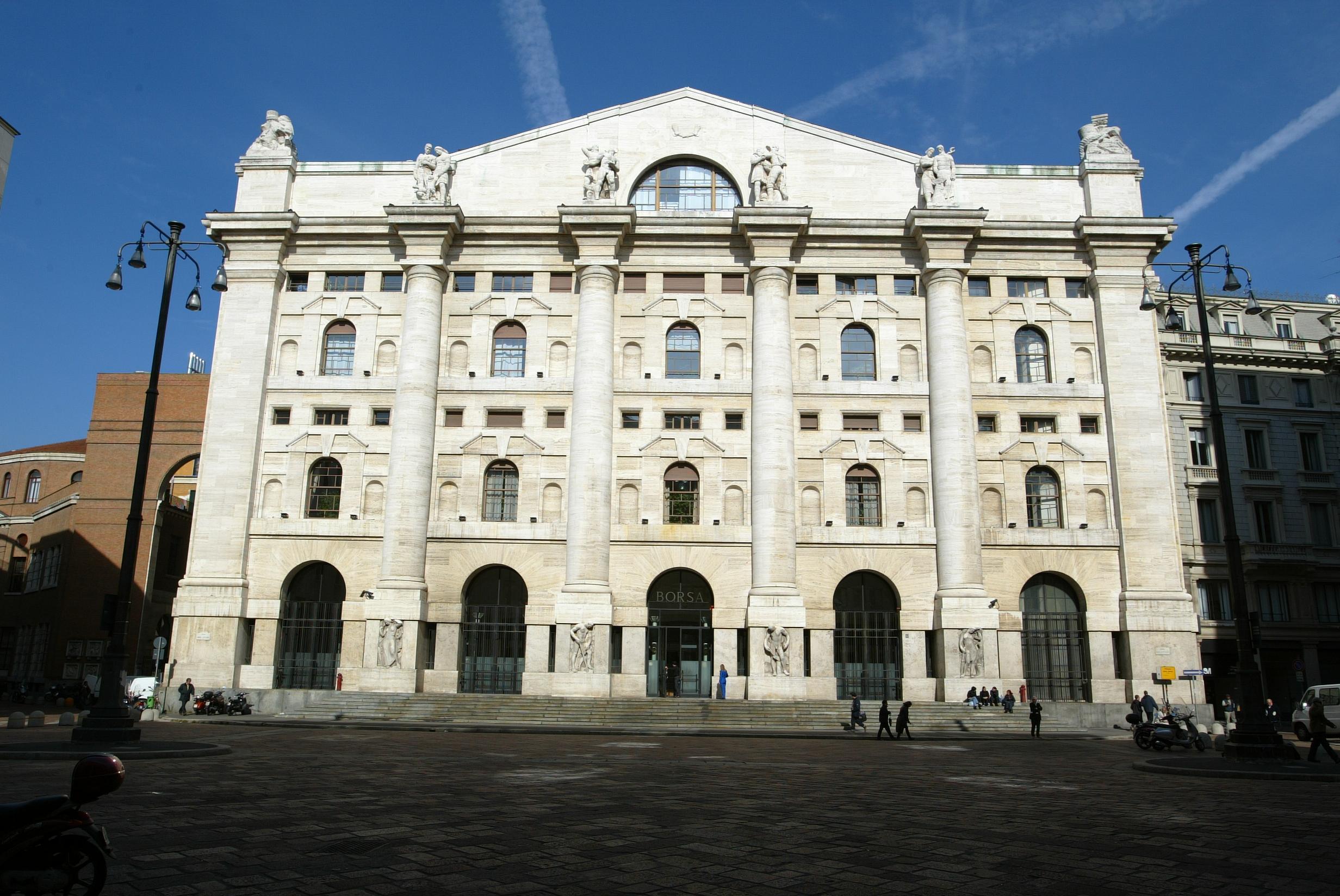 Borsa: Milano aumenta calo (-0,5%)