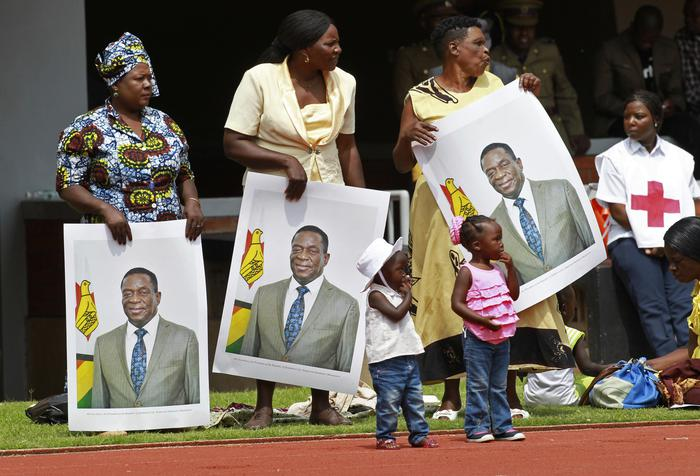 La folla acclama il nuovo presidente dello Zimbabwe