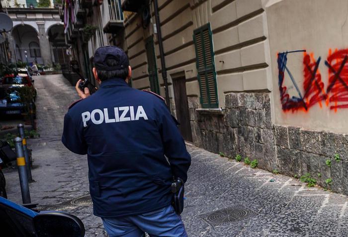 Spari dopo lite tra ragazzi nella movida a Napoli, quattro feriti