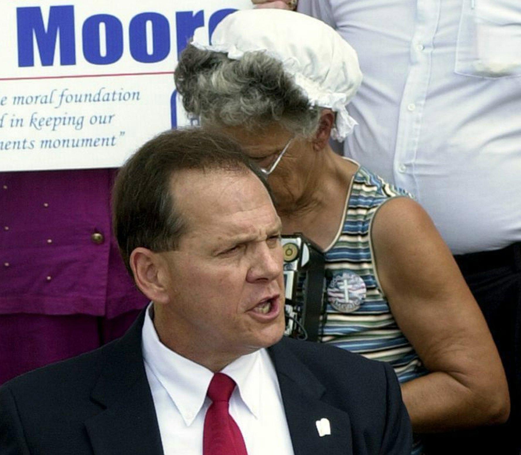 Molestie: Trump invita a votare Moore