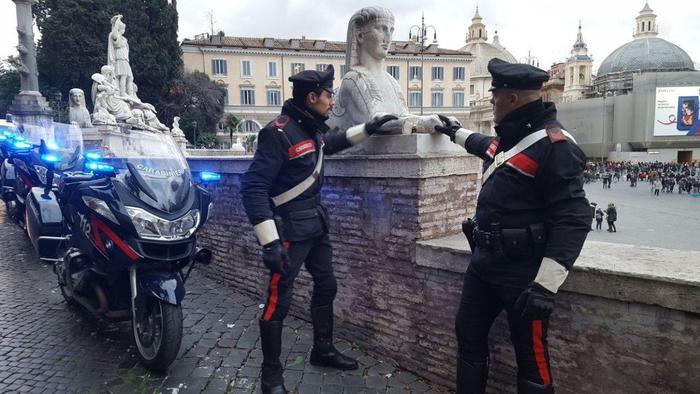 Si stacca il pezzo di una statua in piazza del Popolo a Roma