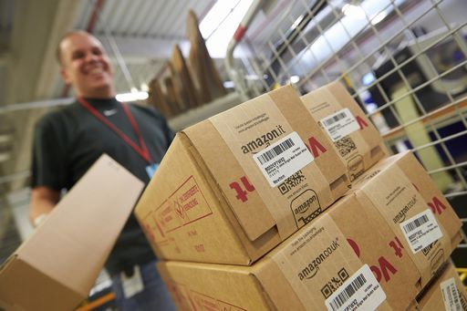 Amazon nel mirino: deve regolarizzare i lavoratori che recapitano i pacchi