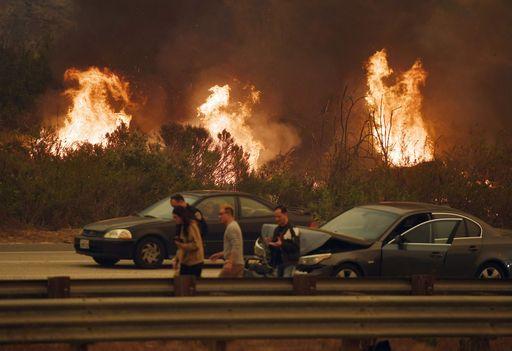 La California brucia, le fiamme minacciano Los Angeles