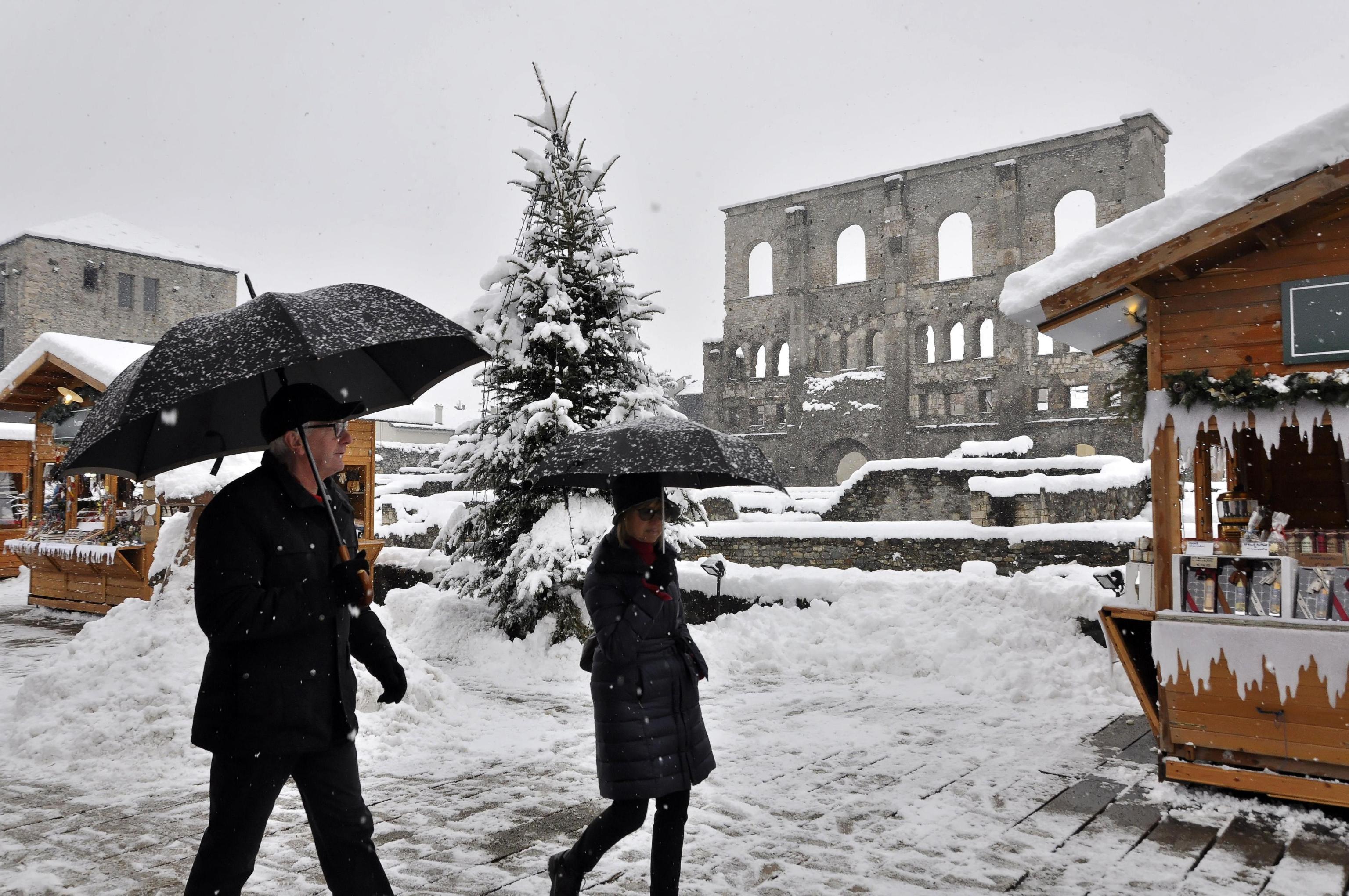 Neve, chiusi mercatini Natale Aosta