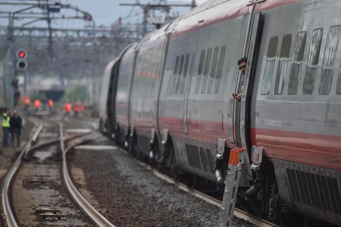 Travolti sui binari da treno a Cesano Maderno, due morti