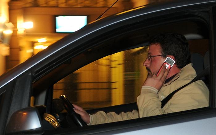 Stretta sul cellulare alla guida. Ok a seggiolino antiabbandono