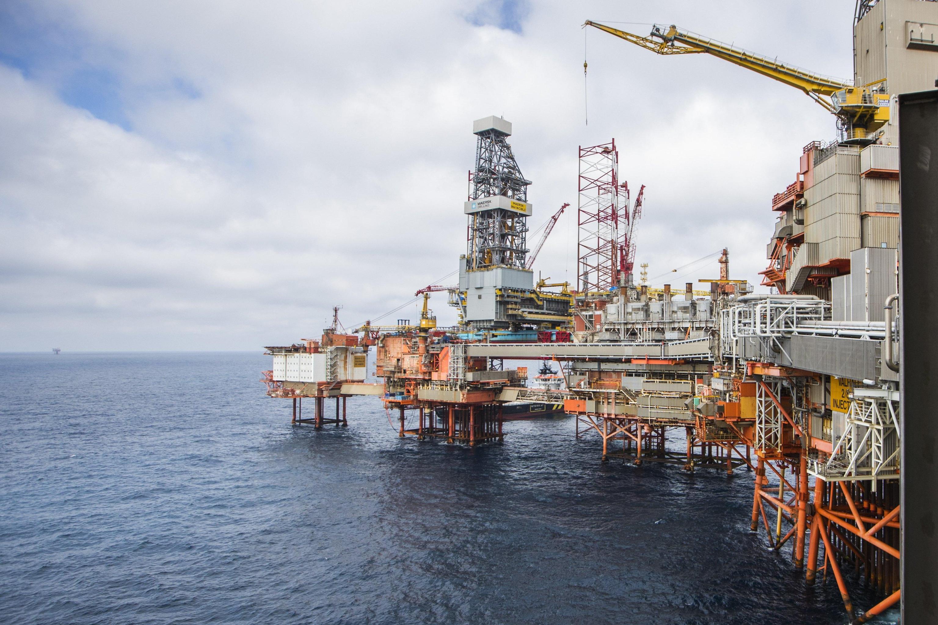 Petrolio, chiude in rialzo a 57,6 dlr