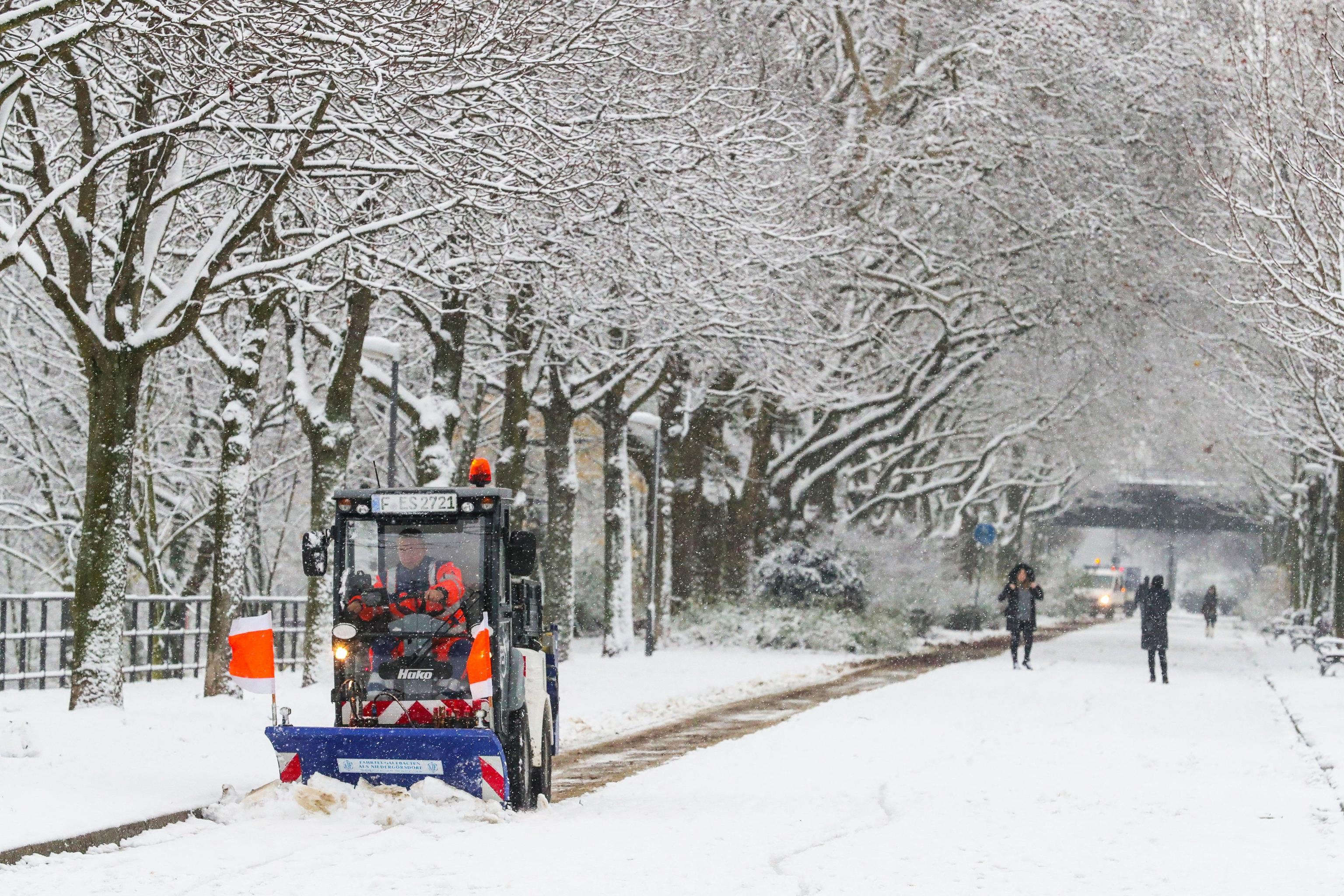 Germania: neve blocca aerei e strade