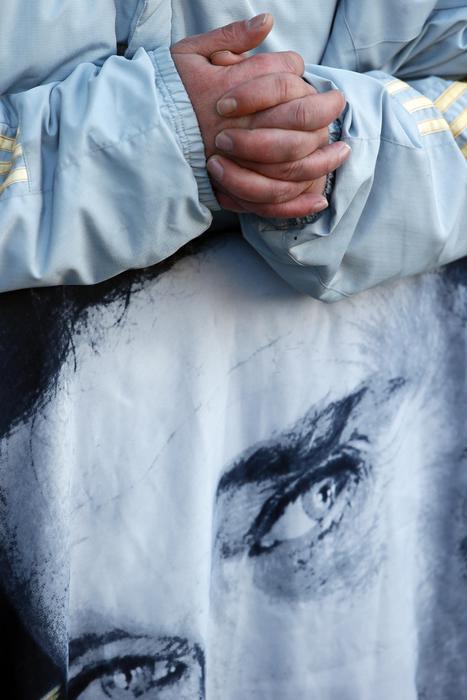 Johnny Hallyday, folla al corteo funebre sugli Champs Elysees