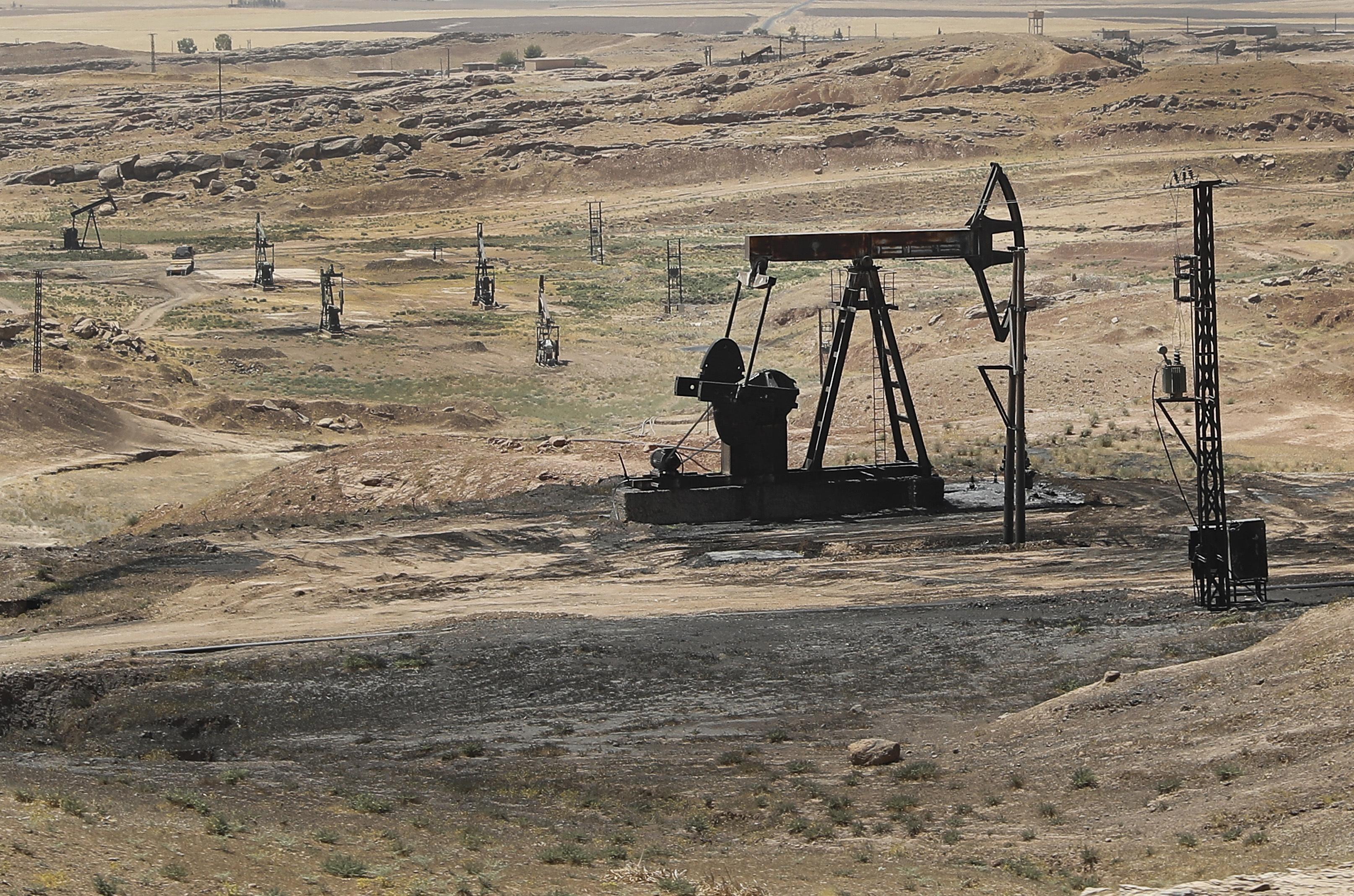 Petrolio chiude in calo a 57.4 dollari