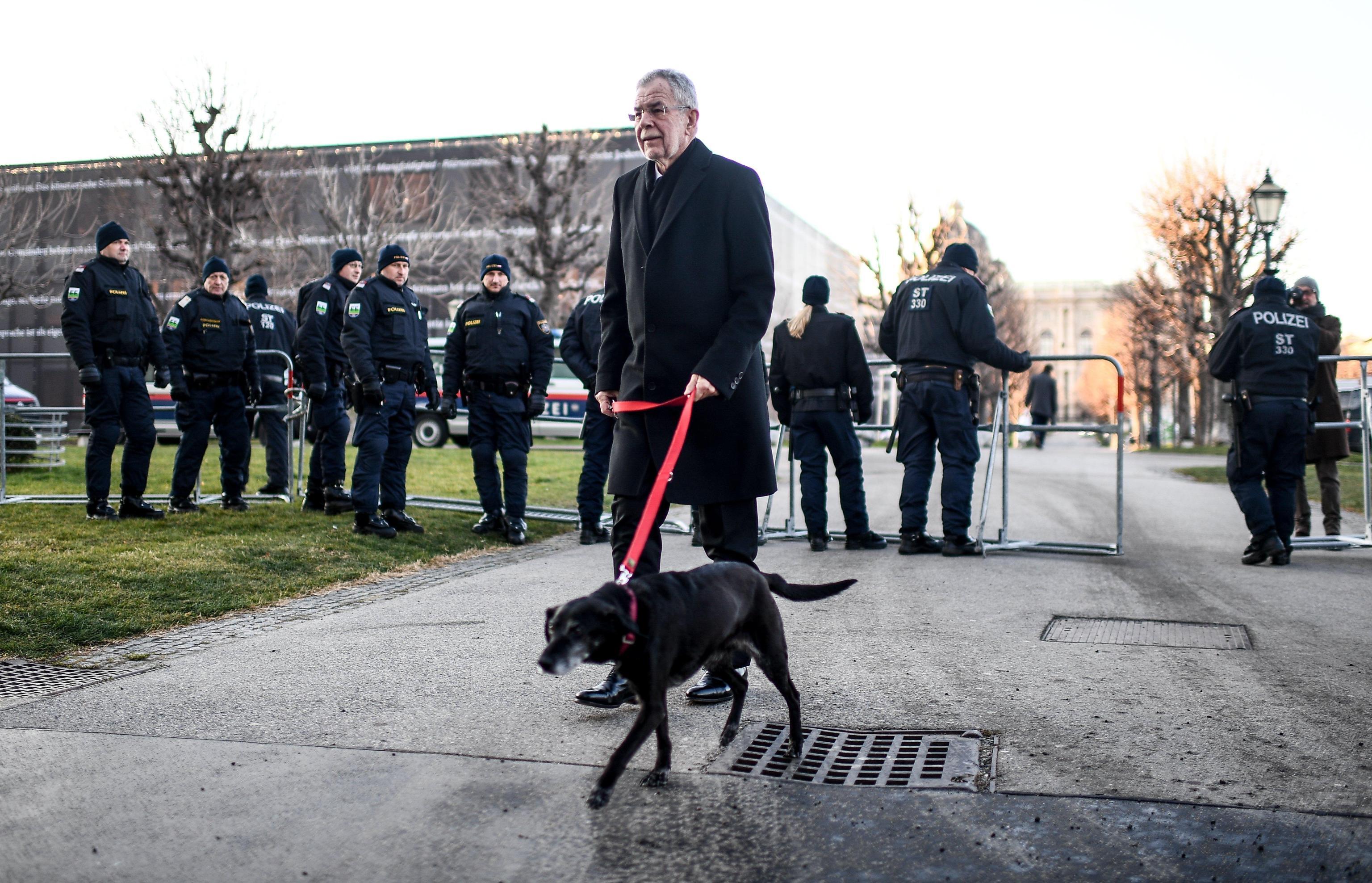 Austria: governo giura tra le proteste