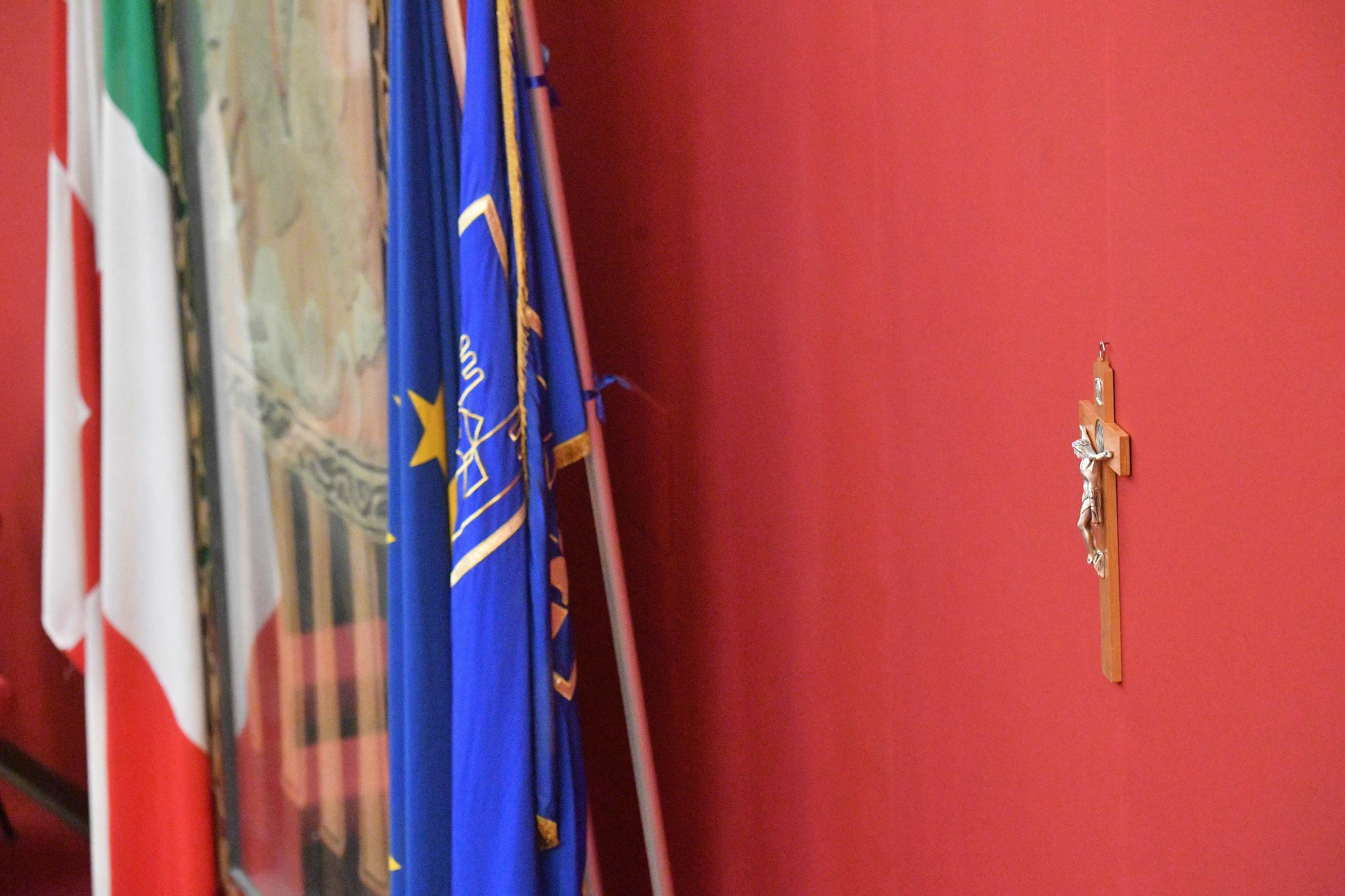 Crocifisso affisso in Comune a Genova