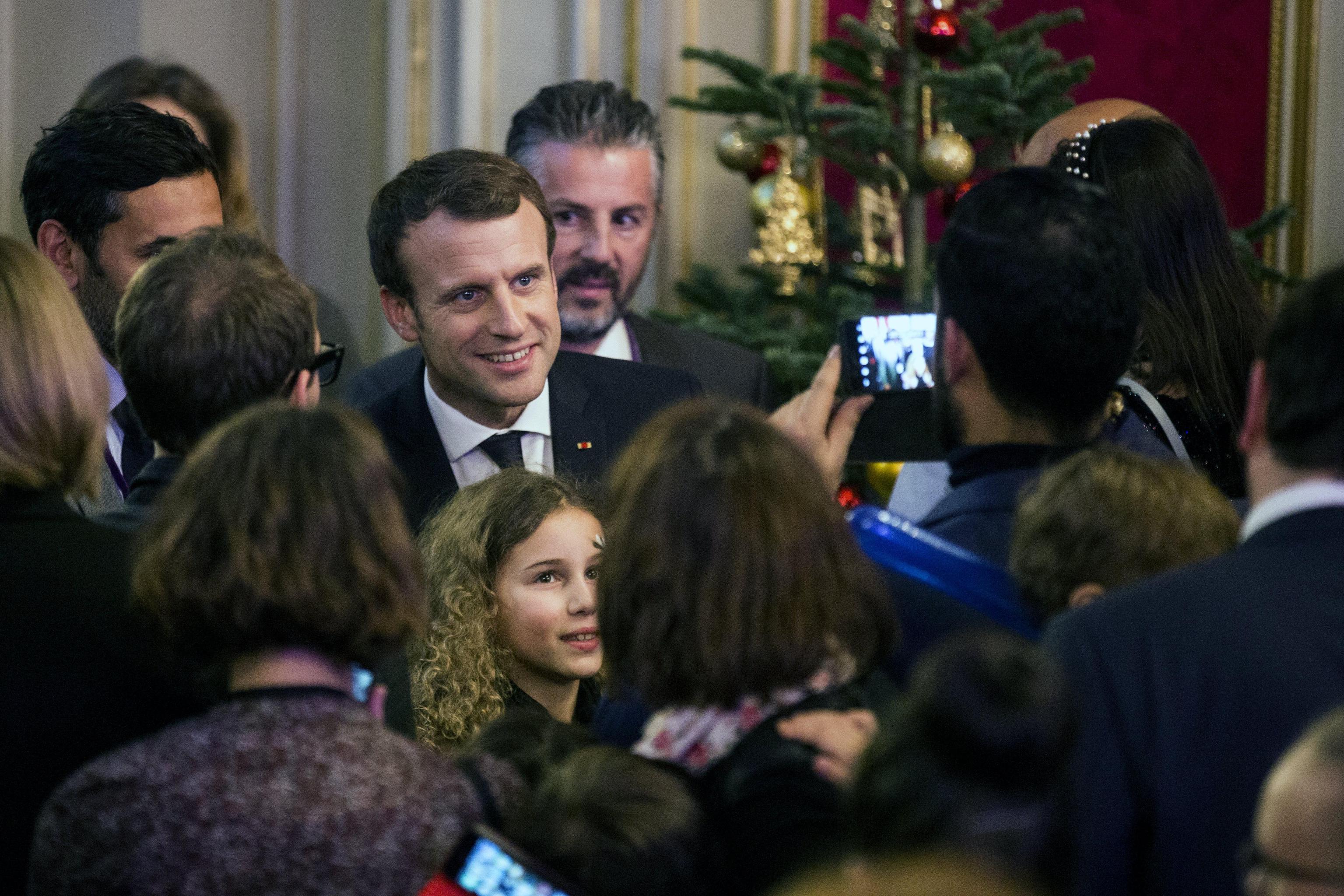 Compleanno Macron al castello, polemiche